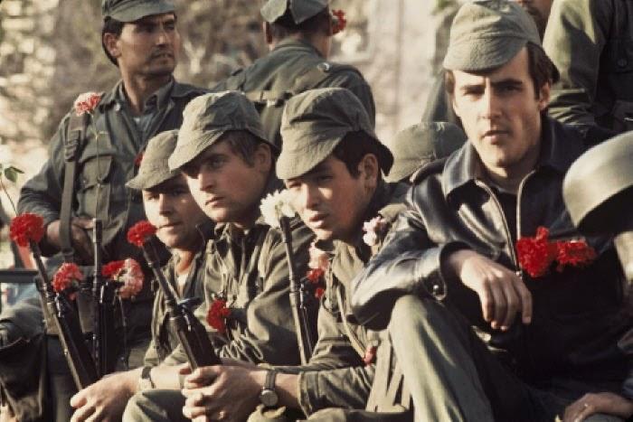 Militares com cravos nas espingardas no dia 25 de Abril de 1974